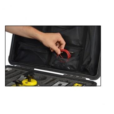 Kablene er lett tilgjengelig i egne lommer i lokket!